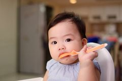 Μωρό, χύσιμο, γυναικεία τροφή, κουτάλι