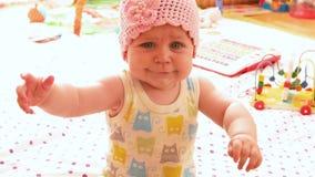 Μωρό σε ένα ρόδινο πλεκτό καπέλο απόθεμα βίντεο