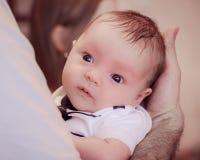 Μωρό σε ετοιμότητα του πατέρα Στοκ φωτογραφία με δικαίωμα ελεύθερης χρήσης
