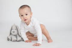 Μωρό σε μια άσπρη ανασκόπηση Στοκ Φωτογραφία