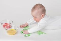 Μωρό σε μια άσπρη ανασκόπηση Στοκ φωτογραφία με δικαίωμα ελεύθερης χρήσης