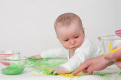 Μωρό σε μια άσπρη ανασκόπηση Στοκ εικόνα με δικαίωμα ελεύθερης χρήσης