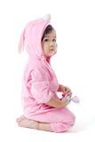 Μωρό σε μια συνήθεια λαγουδάκι στοκ εικόνες