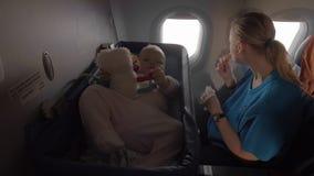 Μωρό σε μια ψάθινη κούνια στο αεροπλάνο απόθεμα βίντεο
