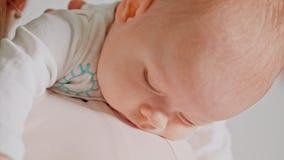 Μωρό στα όπλα μητέρων που πέφτουν κοιμισμένα Στοκ εικόνες με δικαίωμα ελεύθερης χρήσης