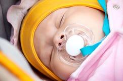 Μωρό στους ύπνους περιπάτων με τον ειρηνιστή Στοκ Φωτογραφία