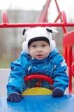 Μωρό στο αυτοκίνητο μωρών στο playgroud υπαίθρια Στοκ Εικόνες