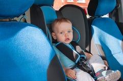 Μωρό στο κάθισμα αυτοκινήτων για την ασφάλεια, που κοιτάζει έξω Στοκ Φωτογραφία