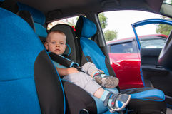 Μωρό στο κάθισμα αυτοκινήτων για την ασφάλεια, που κοιτάζει έξω Στοκ Εικόνες