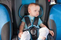 Μωρό στο κάθισμα αυτοκινήτων για την ασφάλεια, που κοιτάζει έξω Στοκ Φωτογραφίες
