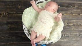 Μωρό στο καλάθι με το τόξο απόθεμα βίντεο