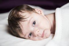 Μωρό στο κρεβάτι κάτω από τις καλύψεις Στοκ φωτογραφίες με δικαίωμα ελεύθερης χρήσης