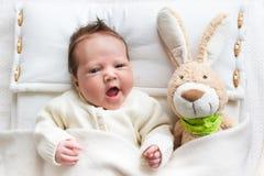 Μωρό στο κρεβάτι με το παιχνίδι λαγουδάκι στοκ φωτογραφίες με δικαίωμα ελεύθερης χρήσης