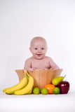 Μωρό στο κύπελλο φρούτων στοκ εικόνες