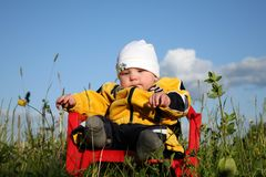 Μωρό στο πάρκο στοκ εικόνα με δικαίωμα ελεύθερης χρήσης