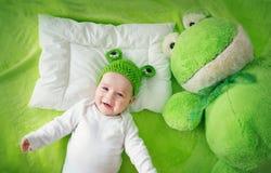Μωρό στο πράσινο κάλυμμα Στοκ Εικόνες