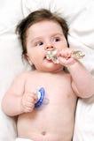 Μωρό στο σπορείο με την πλαστή και ασημένια κατακόρυφο παιχνιδιών στοκ φωτογραφία