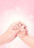 Μωρό χέρι-χέρι της αγάπης στοκ φωτογραφίες