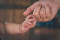 Μωρό χεριών στο χέρι της κινηματογράφησης σε πρώτο πλάνο μητέρων στοκ φωτογραφία με δικαίωμα ελεύθερης χρήσης