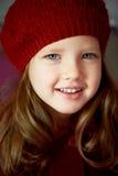 Μωρό 3 χρονών με τα μπλε μάτια και τα άσπρα δόντια κόκκινο beret Τρίχα μακριά στοκ φωτογραφία με δικαίωμα ελεύθερης χρήσης