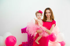 μωρό όπλων η μητέρα εκμετάλλ&e Μικρό κορίτσι σε μια ρόδινη φούστα Στοκ Φωτογραφίες