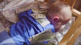 Μωρό ύπνου και μειωμένα χρήματα Απροσδόκητος πλούτος έννοιας απόθεμα βίντεο