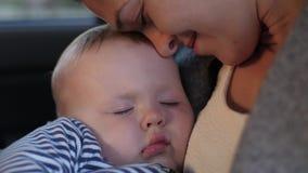 Μωρό ύπνου με τη μητέρα σε ένα αυτοκίνητο απόθεμα βίντεο