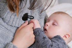 Μωρό ύπνου που κρατά ήπια το δάχτυλο μητέρων ` s Στοκ Εικόνα