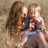 μωρό mom που χαμογελά Στοκ Εικόνες