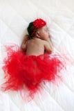 μωρών ευτυχής απομονωμένη φούστα κοριτσιών ballerina χαριτωμένη πολύ που φορά το λευκό Μαύρος νεογέννητος ύπνος Στοκ Εικόνα