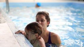 μωρών όμορφο κορίτσι διασκέδασης παιδιών χαριτωμένο που έχει πώς mom η λίμνη μητέρων κολυμπά τη διδασκαλία κολύμβησης στο ύδωρ Πα απόθεμα βίντεο