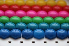 Μωσαϊκό παιδιών ` s υπόβαθρο του πολύχρωμου μωσαϊκού παιδιών ` s χρωματισμένα λωρίδες των πλαστικών λεπτομερειών του μωσαϊκού παι Στοκ Εικόνα