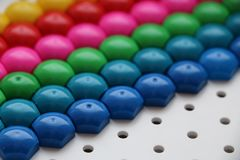 Μωσαϊκό παιδιών ` s υπόβαθρο του πολύχρωμου μωσαϊκού παιδιών ` s χρωματισμένα λωρίδες των πλαστικών λεπτομερειών του μωσαϊκού παι Στοκ Φωτογραφία