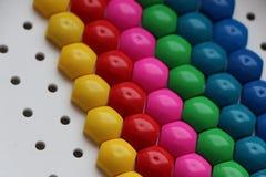 Μωσαϊκό παιδιών ` s υπόβαθρο του πολύχρωμου μωσαϊκού παιδιών ` s χρωματισμένα λωρίδες των πλαστικών λεπτομερειών του μωσαϊκού παι Στοκ Εικόνες
