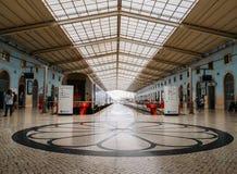 Μωσαϊκό στο πάτωμα στο σταθμό τρένου της Λισσαβώνας ` s Santa Apolonia και από εδώ το όλο πορτογαλικό inter-city δίκτυο τραίνων Στοκ Εικόνα