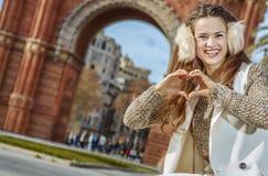 Μόδα-έμπορος κοντά Arc de Triomf που παρουσιάζει διαμορφωμένα καρδιά χέρια Στοκ εικόνα με δικαίωμα ελεύθερης χρήσης