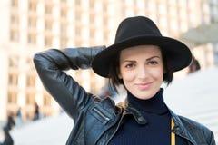 Μόδα, εξάρτημα, ύφος Αισθησιακή γυναίκα με την τρίχα brunette, hairstyle Η ομορφιά, κοιτάζει, makeup Skincare, νεολαία, visage Γυ Στοκ εικόνα με δικαίωμα ελεύθερης χρήσης