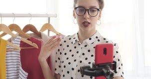 Μόδα εφήβων vlogger που καταγράφει ένα βίντεο της καθιερώνουσας τη μόδα εξάρτησης απόθεμα βίντεο