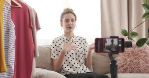 Μόδα εφήβων vlogger που μιλά για το νέο φόρεμα μπροστά από την κινητή κάμερα απόθεμα βίντεο