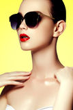 Μόδα και ομορφιά Προκλητική γυναίκα στο μαγιό με τα χρυσά γυαλιά ηλίου Στοκ φωτογραφίες με δικαίωμα ελεύθερης χρήσης