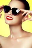 Μόδα και ομορφιά Προκλητική γυναίκα στο μαγιό με τα χρυσά γυαλιά ηλίου Στοκ Φωτογραφίες