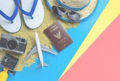 Μόδα ταξιδιού διακοπών παραλιών στο μπλε κίτρινο ρόδινο υπόβαθρο άμμου στοκ εικόνες