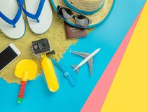 Μόδα ταξιδιού διακοπών παραλιών στο μπλε κίτρινο ρόδινο υπόβαθρο άμμου στοκ φωτογραφία με δικαίωμα ελεύθερης χρήσης