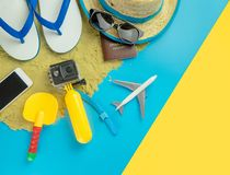 Μόδα ταξιδιού διακοπών παραλιών στο μπλε κίτρινο υπόβαθρο άμμου στοκ φωτογραφία με δικαίωμα ελεύθερης χρήσης