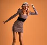 Μόδα φθινοπώρου Redhead γυναίκα, μοντέρνη εξάρτηση πτώσης Στοκ φωτογραφία με δικαίωμα ελεύθερης χρήσης