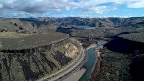 Μόλυβδοι κρατικών εθνικών οδών σε ένα χωμάτινο φράγμα στον ποταμό Boise απόθεμα βίντεο