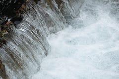 Μόλυβδοι λιμνών στον ποταμό και τον καταρράκτη στοκ φωτογραφία με δικαίωμα ελεύθερης χρήσης