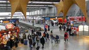 Μόναχο, Γερμανία - 2 Δεκεμβρίου 2018: Σιδηροδρομικός σταθμός πριν από τα Χριστούγεννα Υπέροχα διακοσμημένος για το σταθμό Χριστου απόθεμα βίντεο