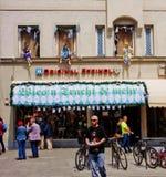 Μόναχο, Γερμανία - κατάστημα που πωλεί τα παραδοσιακά βαυαρικά κοστούμια Στοκ εικόνα με δικαίωμα ελεύθερης χρήσης