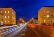 Μόναχο Leopoldstrasse τη νύχτα Στοκ Φωτογραφίες